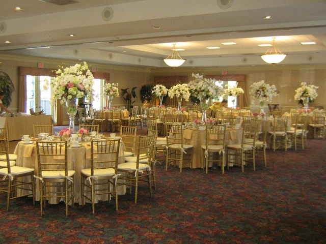 Gold Chiavari chairs_Ivory Brocade Linens